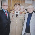 Directorul fondator al revistei, gl.mr.(r) Heredea Vasile-Ionel, incadrat de prof. Emil Simandan, redactor sef(dreapta) si mr.(r) Dorin Ocneriu, redactor sef adjunct.